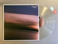 Meine Wertung: 9/10 für Arbour - Sights & Sounds. Der Beat Smith aus Bellingham hat für das hübsche Vinyl 17 + 1 Tracks produziert, die schwungvoll melancholisch daherkommen. Ein Wechselbad der musikalischen Gefühle, die beattechnische Achterbahn, Himmel und Hölle der Samples, das Yin und Yang des Instrumental Hip Hop