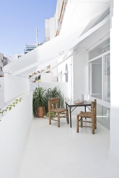 This is the white and bright apartment of a French Art historian and curator in the city centre of Sitges (Spain). He wanted his apartment to be a peaceful, open and essential space, furnished with just a few carefully … Continue reading →