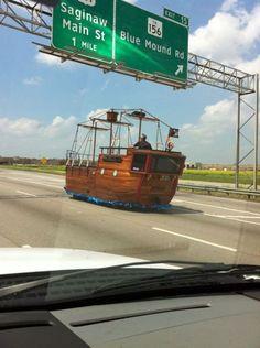4. Si tu veux conduire ton bateau de pirate sur l'autoroute, parce que ça va quand même plus vite, fais le !