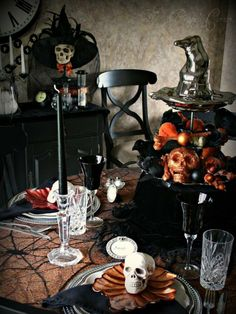 Modern Furniture: Spooky Halloween Table Settings and Decorations 2012 Ideas from HGTV Halloween 2018, Décoration Table Halloween, Halloween Orange, Halloween Table Settings, Halloween Table Decorations, Halloween Dinner, Creepy Halloween, Halloween Party Decor, Holidays Halloween