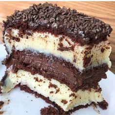 Delicious Gooey Chocolate Cake anyone? Tag your friends. Twix Chocolate, Gooey Chocolate Cake, Chocolate Ganache, Brigadeiro Chocolate, Köstliche Desserts, Delicious Desserts, Yummy Food, Sweet Recipes, Cake Recipes