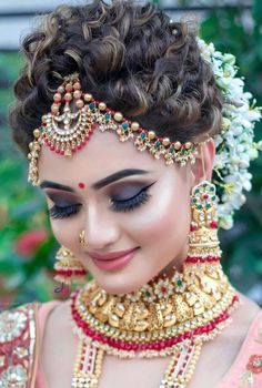 20 Best and Trendy Hairstyle For A Wedding You'll Love - Tikli Indian Bridal Photos, Bridal Hairstyle Indian Wedding, Bengali Bridal Makeup, South Indian Bridal Jewellery, Indian Wedding Makeup, Bridal Eye Makeup, Indian Wedding Bride, Indian Bridal Outfits, Indian Bridal Hairstyles