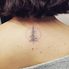 Hand poked pine tree tattoo on the upper back. Artista Tatuador: Sarah March