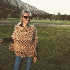 "María Cielo: Los ponchos tejidos de Agostina Bianchi y de ""El Camarín"" Knitted Poncho, Knitted Shawls, Crochet Scarves, Crochet Shawl, Crochet Clothes, Crochet Stitches, Crochet Patterns, Crochet Woman, Love Crochet"
