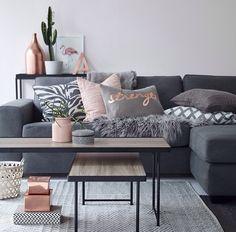 Bild über We Heart It #cactus #couch #decor #fur #furniture #home #interior #livingroom #love #pillows #plants #room #sofa