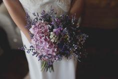 Ramo silvestre en tonos rosas y violetas. El ramo de Alba. Ramo de novia. Iolanda Sebé Fotògraf Lleida