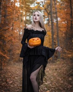 Cool 35 Charming Halloween Fashion Accessories Ideas To Makes You Look Beautiful Halloween Tags, Halloween Mode, Halloween Fotos, Halloween Fashion, Halloween Pictures, Women Halloween, Halloween 2019, Halloween Makeup, Happy Halloween