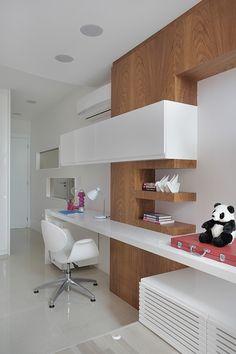 Inspirado no modo leve da vida carioca, o apartamento possui uma decoração clean e contemporânea, com paleta de cores neutras e detalhes pontuais em tons fortes.