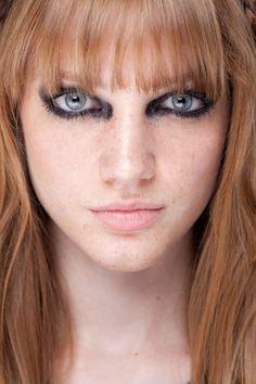 Olho pretão com glitter preto no canto interno. Desfile da Ausländer no Fashion Rio Inverno 2012.