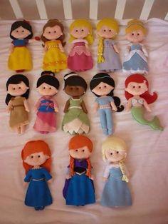Templates to make these princess dolls.Moldes princesa Disney Really cute!Felt Princess templates - all the disney princesses in felt.Templete for Disney Princess Felt Dolls (Not in English but still useable!Disney princess doll patterns- pretty self Felt Diy, Felt Crafts, Fabric Dolls, Paper Dolls, Felt Doll Patterns, Sewing Patterns, Disney Crafts, Felt Dolls, Sock Dolls