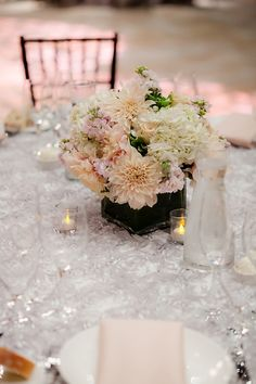 Gorg florals mixed with textured linens Photography by theyoungrens.com