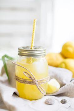 Lemonade - This looks so fresh! Mango Drinks, Summer Drinks, Cocktail Drinks, Fun Drinks, Lemon Recipes, Sweet Recipes, Smoothies, Smoothie Recipes, Claudia S
