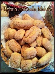 """BISCOTTONI - Le Mille e una Torta di Dany&LoryRICETTA DI: Tiziana Antonella Malvica ingredienti: 1kg di farina """" 00 """", 300 g di zucchero, 150 g di strutto, 6 uova, 1 bustina di ammoniaca, 1 bustina di lievito, pizzico di sale, 1 bustina di vanillina, latte Q.B. Procedimento: Mettere sulla spianatoia o in una bul tutti gli ingredienti, alla fine aggiungere il latte tiepido, dopo aver fatto sciogliere l'ammoniaca. Fare dei filoncini e passarli nello zucchero semolato, solo la parte che va in…"""