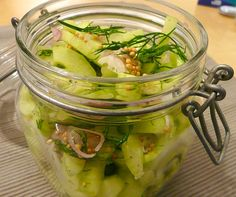Leckere Gurken, geschüttelt und nicht gerührt. Schon bei der Zubereitung verbreitet sich ein frischer Duft von Gurken und Dill in der Küche. Wem es schwer fällt abzuwarten, bis die Gurken durchgezogen sind, bereitet vorbeugend die doppelte Menge zu.  (Vielen Dank für dieses Rezept an Thomas.)    Autor: Achim  Rezept für 2-3 Personen:  2 Salatgurken 5-6 EL Essig (10%) 1/2 TL Meer ...