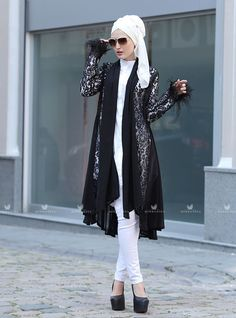 Siyah dantel ceket modelimizin kol ucu püsküllü olup, dantel detaylıdır.