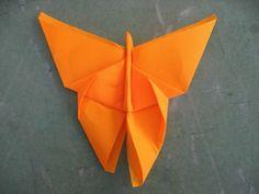 orange serviette als schmetterling