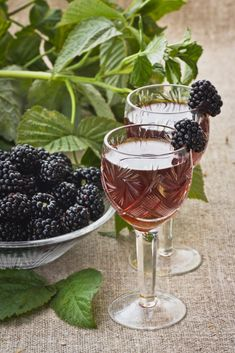 Nalewka z jeżyn - sprawdzony przepis - Claudia Kitchen Magic, Blue Curacao, Preserves, Blackberry, Alcoholic Drinks, Food And Drink, Fruit, Cooking, Glass