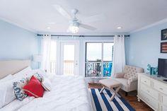 chambre-cosy-plafond-blanc-neige-literie-tapis-rayé-peinture-bleu-ciel