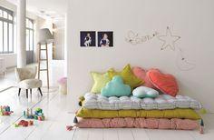 Ravissant ! Des matelas multiples et des coussins multicolores qui font banquette le jour dans le coin 'jeux' et lits pour enfants la nuit.