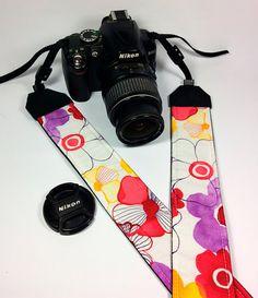 Tracolla per fotocamera SLR, DSLR, imbottita, in cotone bianco con fiori acquerello. Tracolla fotocamera floreale.