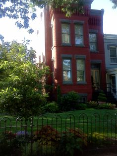 Capitol Hill home, large manicured lawn!