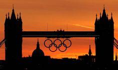[Foto del día]     El sol cae detrás de Tower Bridge en el cual se encuentran los aros de los Olímpicos   (AP Photo/Charlie Riedel) AP