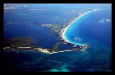 From Australia's Great Barrier Reef to the Florida Keys Reefs, the largest and most amazing coral reef systems around the world. Top Places To Travel, Great Places, Places To Go, Cancun Vacation, South Padre Island, Great Vacations, Cancun Mexico, Destin Beach, Background Pictures