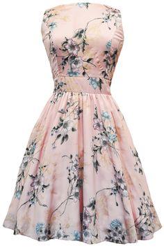 Romantische, zachtroze jurk met goud- en pastelkleurige bloemenprint.Ronde halsuitsnijding en wijd uitlopende rok. Opgelet! Model valt heel smal in de taille, we raden u dan ook aan zeker goed uw maten na te meten. Lengte: 98 cmStof: Polyester & cotton Made in London!