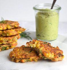 Den nemmeste måde at få børn (og voksne) til at spise masser af grøntsager. Du kan bruge broccoli, squash, gulerod eller lige de grøntsager, du har i køleskabet. Grøntsagsfritterne er sprøde udenpå… Veggie Recipes, Vegetarian Recipes, Cooking Recipes, Healthy Recipes, Denmark Food, Food And Drink, A Food, Soul Food, Food Inspiration
