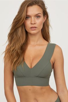 Bikini top with a lined, shaped front, wide shoulder straps and wide elastication at the hem. Wide metal fastening at the back. Haut Bikini, Bikini Tops, Womens Workout Outfits, Sport Outfits, Estilo Fitness, Jolie Lingerie, Josephine Skriver, Swimsuits, Bikinis