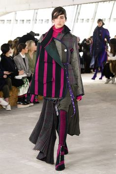 The complete Sacai Fall 2018 Ready-to-Wear fashion show now on Vogue Runway. Autumn Fashion 2018, Fall Fashion Trends, Fashion Week, Business Fashion, Unique Fashion, Womens Fashion, Fashion Design, Mode Unique, Winter Typ