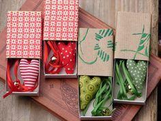 Ein Geschenk für jemanden, den du gern hast... Eine mit schönen Geschenkpapieren beklebte Streichholzschachtel mit einem Herzlesezeichen als Inhalt.
