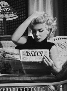 Marylin Monroe reading a magazine Marylin Monroe vintage black and white photography Marylin Monroe, Marilyn Monroe Photos, Black And White Picture Wall, Black And White Pictures, Black White, Classy Aesthetic, Aesthetic Vintage, Nature Aesthetic, Old Hollywood Glamour