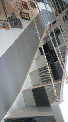 Idée déco DIY : Un garde corps très design, original et pas cher avec une corde en sisal. Stairs Upgrade, Redo Stairs, Loft Stairs, Stair Railing Design, Stair Handrail, Farmhouse Stairs, Archi Design, Log Homes, Home Projects