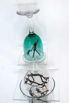 CLAUDIA MAINA:::BEDBUG DREAMERS N°4:::_2012   Dettaglio  Tecnica di assemblaggio con colla Vitralit polimerizzata UV  Bicchieri di vetro, omini di legno, ferro  Sospensione con gancio in ferro  12 x 12 x 72 cm  Courtesy Gestalt Gallery