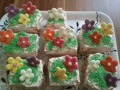 colorful summer cakes with green sprinkles and flowers / Bunte sommerkuchen mit grünem Streudeko und Blumen