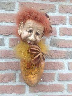Klomp die mijn Vader heeft gedragen. Kop geboetseerd van zelf hardende klei. Made by Gerda.