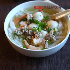 Rice Noodle Soup (Bee Thai Bak) - I personally am a big fan of Bee Thai Bak, which is QQ (springy) and easy to eat (not much chewing needed! Pork Noodle Soup, Rice Noodle Soups, Pork Noodles, Pork Soup, Rice Noodles, Asian Noodles, Rice Soup, Easy Asian Recipes, Easy Delicious Recipes