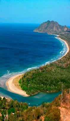 Tamarindo es una ciudad de playa ubicada en la provincia de Guanacaste en la Península de Nicoya. Se encuentra en la costa norte del Pacífico de Costa Rica.