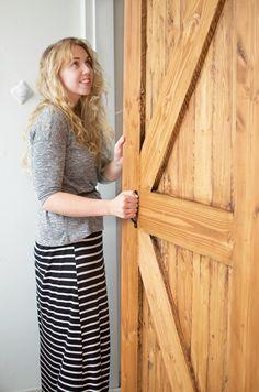 Binnen een weekend zet je deze schuifdeur van hout in elkaar met deze uitleg. De totale kosten voor de deur zijn 50 euro, plus het maken van de rails voor 30 euro. Lees verder