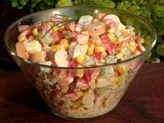 Wurst-Käse-Salat mit Mais und Paprika #Rezept utaten 285 gMaiskörner (aus der Dose) 2  Wiener Würstchen 100 gEmmentaler 2  Rote Paprikaschoten 3  Saure Gurken 1 ELMayonaise    Salz    Schwarzer Pfeffer