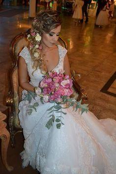 Noiva linda com buquê maravilhoso da Arteffatti! 💐  Tenha seu buquê lindo e totalmente personalizado:  www.guiaqcqd.com/arteffatti