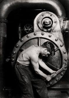El fotógrafo de los trabajadores | Fotogalería | Cultura | EL PAÍS  'Mecánico en una bomba de vapor de una central eléctrica', 1920. Colección George Eastman House, 2012