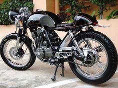 GB250 クラブマンってどんなバイク?GB250は、1983年に発売された空冷単気筒のホンダのバイクです。正式名称はGB250 クラブマンで、その名が示す通りイギリスの伝統的な雰囲気をまとったモデルとして登場しました。