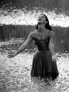 Pier Angeli (actriz italiana) feels the rain Standing In The Rain, I Love Rain, Healing A Broken Heart, Walking In The Rain, Rain Drops, Bob Marley, Rainy Days, Rainy Night, Belle Photo