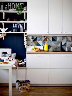 Des étagères complètent la rangée de placards et apportent un plus visuel
