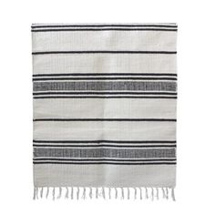Stripe gulvteppe fra Tell Me More. Et enkelt gulvteppe med stripete svart-hvitt mønster med frynser ...
