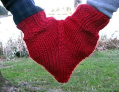 For this valentine day, nothing is more perfect than  doing something for the other. Recyclart found you the perfect lover's accessory. Of course, knitting skills are needed !  ++ Tutorial #Glove, #Knit, #ValentineSDay