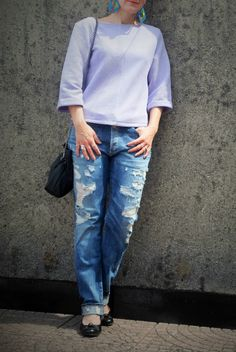 Distressed boyfriend jeans, boxy ribbed top, colorful statement earrings   Ripped Jeans - Cool Summer    Funky Jungle, a fashion & personal style blog