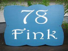 ✿ Die Hausnummer in edlem Design, die deinen Namen gleich mit präsentiert ➤ da schaut man gerne hin ! Drink Sleeves, Design, House Numbers, Basic Colors, Names
